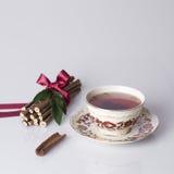 Cuvette de cru de thé avec de la cannelle Photos stock