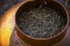 Cuvette de cuivre utilisée pour que la distillation produise l'huile essentielle de lavande image libre de droits