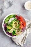 Cuvette de déjeuner de vegan de Healhty Avocat, quinoa, tomate, concombre, rouge photos stock