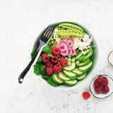 Cuvette de detox de fruit d'été de légumes Nourriture saine végétarienne Les salades, laitue part, des framboises, pois, concombr photos libres de droits