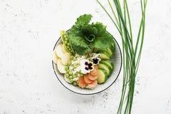 Cuvette de detox de fruit d'été de légumes Nourriture saine végétarienne Les salades, laitue part, des framboises, pois, concombr photos stock