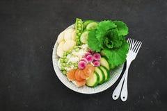 Cuvette de detox de fruit d'été de légumes Nourriture saine végétarienne Les salades, laitue part, des framboises, pois, concombr images libres de droits