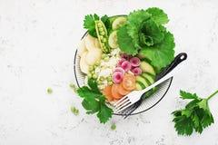 Cuvette de detox de fruit d'été de légumes Nourriture saine végétarienne Les salades, laitue part, des framboises, pois, concombr photo stock