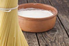 Cuvette de farine et de spaghetti crus Photo stock