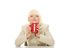 Cuvette de fixation de femme d'affaires de café Photo stock