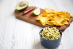 Cuvette de guacamole et d'ingrédients mexicains traditionnels avec le nacho images stock