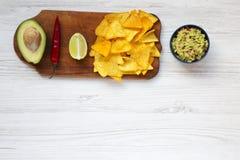 Cuvette de guacamole et d'ingrédients mexicains traditionnels avec le nacho photo libre de droits