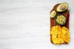 Cuvette de guacamole et d'ingrédients mexicains traditionnels avec le nacho photos stock