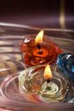 Cuvette de l'eau d'arome avec les bougies de flottement Image stock