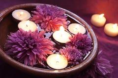 Cuvette de l'eau pour Aromatherapy avec des bougies Photos stock
