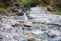 Cuvette de la rivière sur la montagne images libres de droits