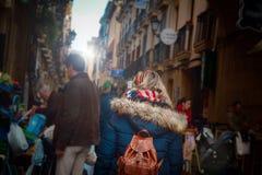 Cuvette de marche de femme un marché et restaurants dans San Sebastian Pinchos et nourriture de tapas image stock