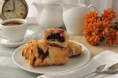 Cuvette de matin de café et de gâteaux frais cuits au four avec des cerises Photo stock