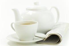 Cuvette de matin de thé et presse sur le blanc photos libres de droits