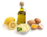 Cuvette de mayonnaise et d'ingrédients Photographie stock libre de droits