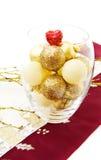 Cuvette de Noël avec les babioles d'or Photographie stock libre de droits