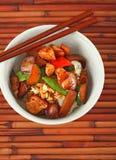 Cuvette de poulet cuit au-dessus du riz blanc photographie stock