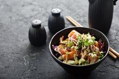 Cuvette de poussée avec des saumons et des légumes photographie stock libre de droits