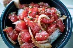 Cuvette de poussée délicieuse, un des plats principaux de la cuisine hawaïenne indigène servis avec le poisson cru découpé et lég photos stock