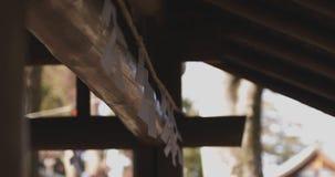 Cuvette de purification au tombeau traditionnel japonais banque de vidéos