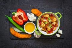 Cuvette de ragoût cuit de légumes et d'ingrédients crus Concept sain et végétarien de nourriture Photo stock