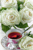 Cuvette de roses de thé et de blanc Image libre de droits