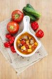 Cuvette de soupe à goulache et de légumes frais Photographie stock libre de droits