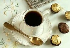 Cuvette de sucreries de thé et de chocolat sur le beau tabl Image stock