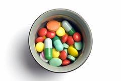 Cuvette de tablettes et de capsules multicolores Photographie stock libre de droits