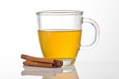 Cuvette de thé avec de la cannelle Photos stock