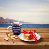 Cuvette de thé avec des biscuits photo stock