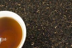 Cuvette de thé avec des feuilles de thé Photographie stock libre de droits