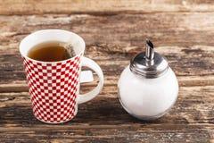 Cuvette de thé avec du sucre Images stock