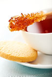 Cuvette de thé avec le bâton et le biscuit de swizzle de sucre Images stock