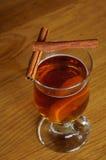 Cuvette de thé avec le citron et la cannelle Photographie stock libre de droits