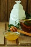Cuvette de thé avec le citron et la menthe Photo stock