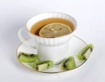 Cuvette de thé avec un citron Photo stock