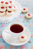 Cuvette de thé chaud et de biscuits d'amande faits maison Image libre de droits