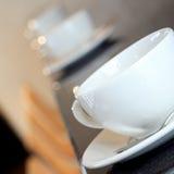 Cuvette de thé dans la cantine images stock