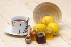 Cuvette de thé, de citrons frais et de miel Image stock