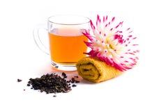 Cuvette de thé de fines herbes avec la fleur Image libre de droits