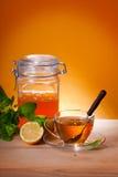 Cuvette de thé de fines herbes et de miel Photos stock