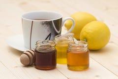 Cuvette de thé, de miel et de citrons Photo libre de droits