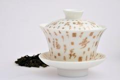 Cuvette de thé de peinture de caractère chinois et thé Photo libre de droits