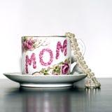Cuvette de thé du jour de mère et grand dos de perles Images stock