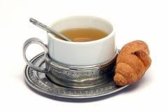 Cuvette de thé et croisant Photo stock