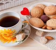 Cuvette de thé et de biscuits avec amour Photo stock