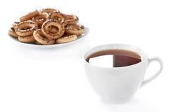 Cuvette de thé et de biscuits chauds Image stock