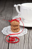 Cuvette de thé et de biscuits sur le fond en bois Images stock