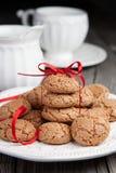 Cuvette de thé et de biscuits sur le fond en bois Photographie stock libre de droits